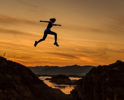 Femme sautant montagnes
